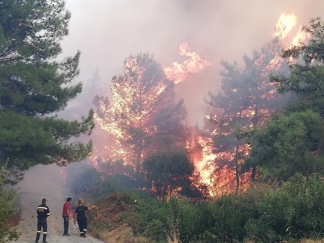 Συνεχίζεται η μάχη με τις φλόγες στη Σάμο -Εκκενώθηκαν ξενοδοχεία, απομακρύνθηκαν άτομα από παραλίες