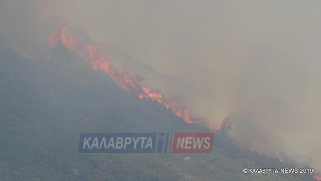"""Μεγάλη φωτιά στο Μουρίκι Καλαβρύτων - Σε εξέλιξη το μέτωπο - Στη """"μάχη"""" και εναέρια μέσα (BINTEO-photos)"""