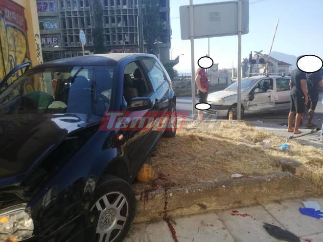 Πάτρα: Σφοδρή σύγκρουση δύο αυτοκίνητων στη συμβολή των οδών Γούναρη και Αμαλίας- Τραυματίας ένα αγοράκι που έπαιζε στο σημείο- Μεταφέρθηκε στο Καραμανδάνειο - ΦΩΤΟ - ΒΙΝΤΕΟ