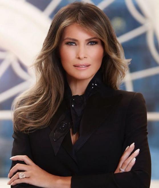 9b9db93622ac Στη φωτογραφία η Πρώτη Κυρία των ΗΠΑ είναι ιδιαίτερα εντυπωσιακή φορώντας  ένα μαύρο σύνολο. Αυτό όμως που μαγνήτισε τα βλέμματα είναι το διαμαντένιο  ...