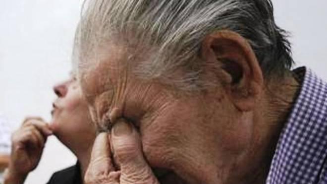 """Με δάκρυα έφευγαν οι συνταξιούχοι από τις Τράπεζες - """"Τσακίζουν"""" κόκαλα τα λόγια και οι αντιδράσεις των ηλικιωμένων"""
