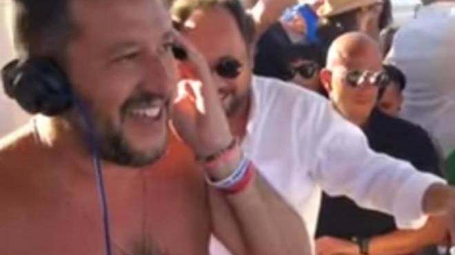 6c47a4bc7d9 Τα… έσπασε ο Ματέο Σαλβίνι! Εκανε τον dj σε beach bar! – ΒΙΝΤΕΟ ...