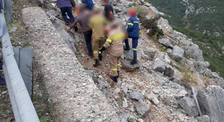 Σοβαρό τροχαίο στη Βοιωτία: Αυτοκίνητο έπεσε σε γκρεμό 60 μέτρων - Ένας νεκρός και ένας τραυματίας (ΦΩΤΟ)