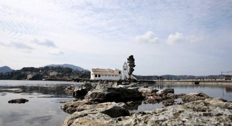 Εξαφανίστηκε η θάλασσα στην Κέρκυρα! Το Ποντικονήσι απέκτησε στεριά εξαιτίας της άμπωτης... !!